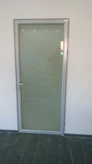 Алюминиевая дверь из алюминиевого интерьерного профиля с закалённым матовым стеклом
