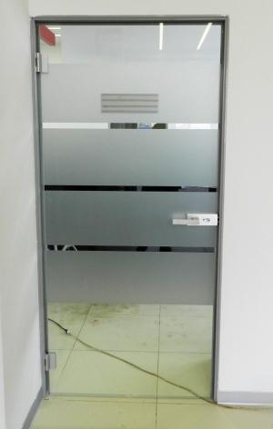 Цельностеклянная дверь в алюминиевой раме