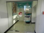 Цельностеклянная перегородка с дверью