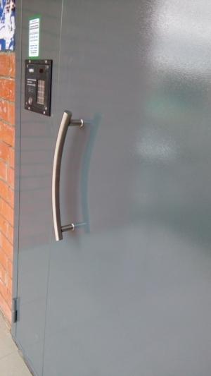 Входная дверь в подъезд с домофоном
