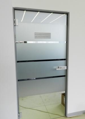 Цельностеклянная дверь в алюмин раме